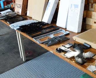 耐震試験を行うテレビ壁掛け金具とエアーポール